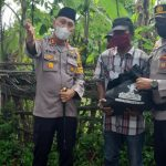 Pohon Kelapa Tumbang Timpa Rumah Warga di Ulee Jalan, Personil Polsek Banda Sakti Amankan TKP
