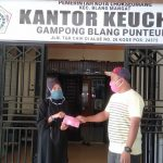 Warga Gampong Blang Punteut Dapat Masker dari Fachrul Razi