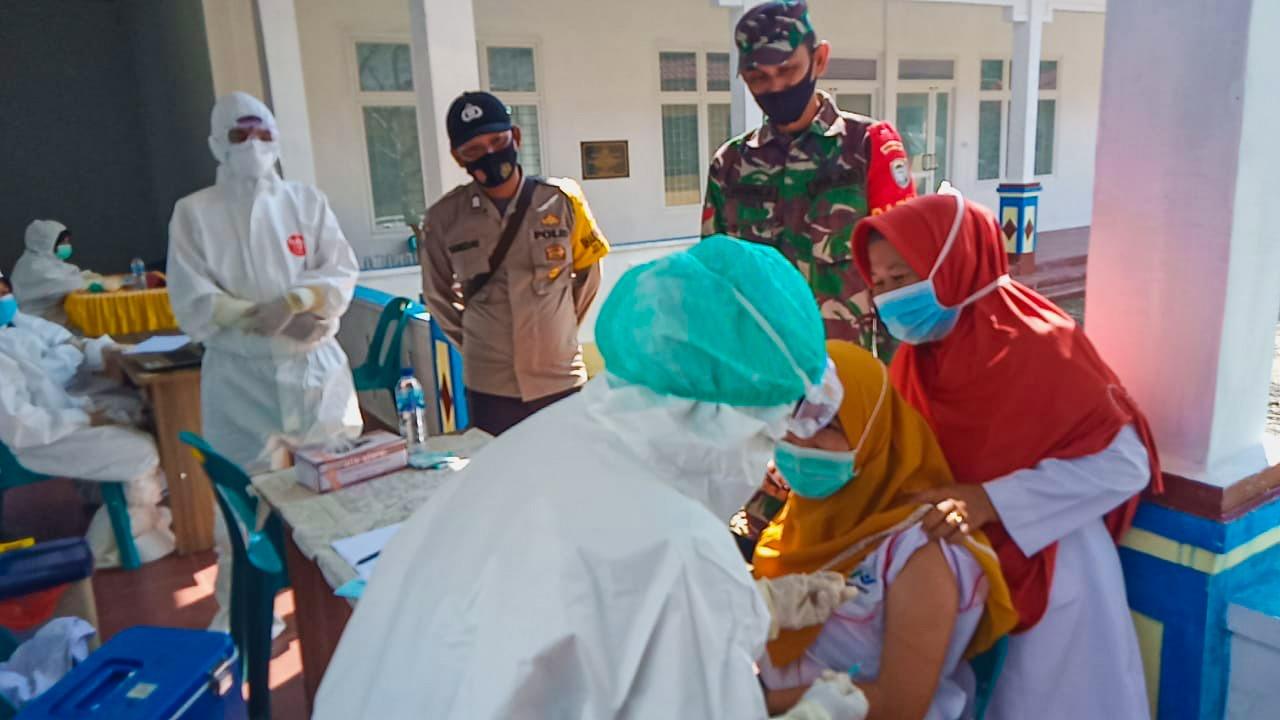 Babinsa Jajaran Kodim 0104/Aceh Timur Dampingi Penyuntikan Vaksin