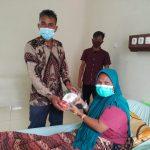 Ketua DPK PPNI RSUD dr. Zubir Mahmud menyerahkan parsel kepada pasien rawat inap