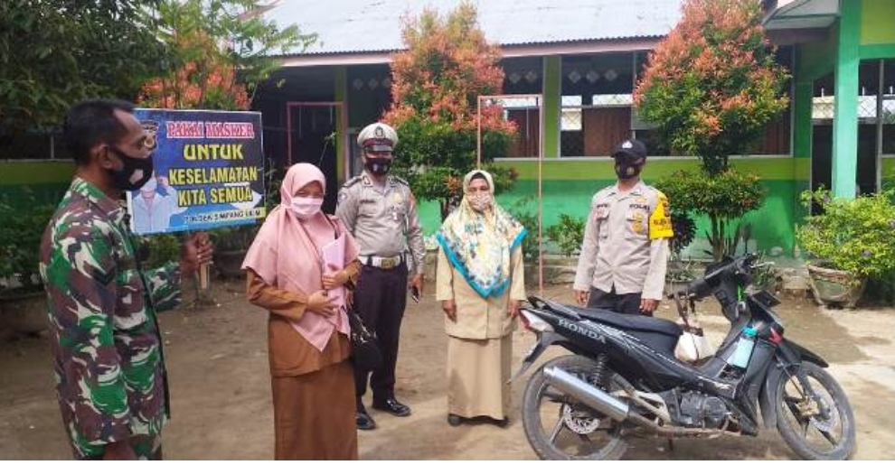 TNI/PolRI Melakukan Sosialisasi Protokol Kesehatan (Prokes) di Desa Keude Tuha, Kecamatan Simpang Ulim.