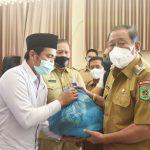 Bupati Lombok Utara Serahkan Bantuan Penyandang Disabilitas di Pemenang