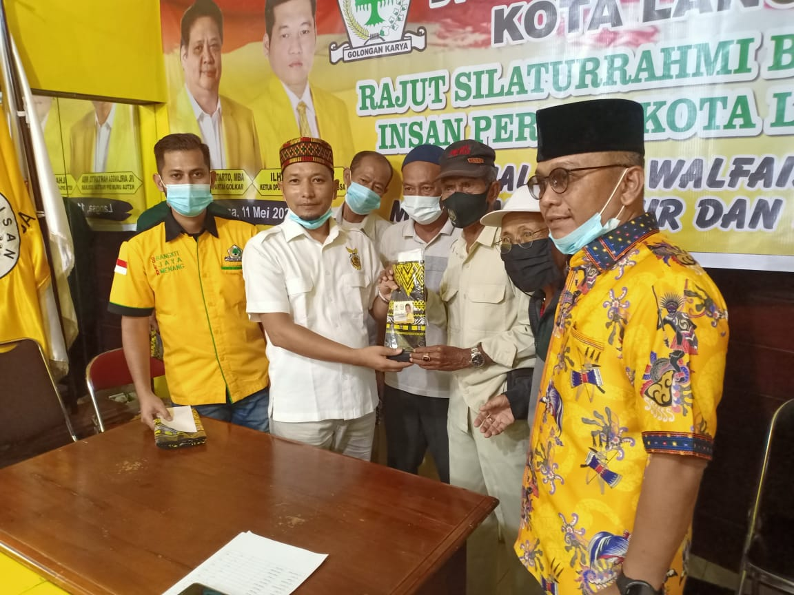 Ending Of Ramadhan Syaifullah Taken Responsibility On Behalf Of Ilham Pangestu To Hand Over A Gift From The General Chairman Of The Golkar Party DPD II Langsa City,