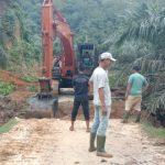 Perangkat Desa Dan Aggota Dewan Dari PDA Serta PTPN 1 Gotongroyong Membangun Jembatan.
