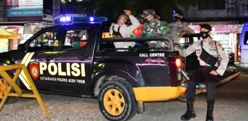 Patroli Gabungan POLRI, TNI, Dan Sat Pol PP Sambil Bagikan Sembako Di Aceh Timur