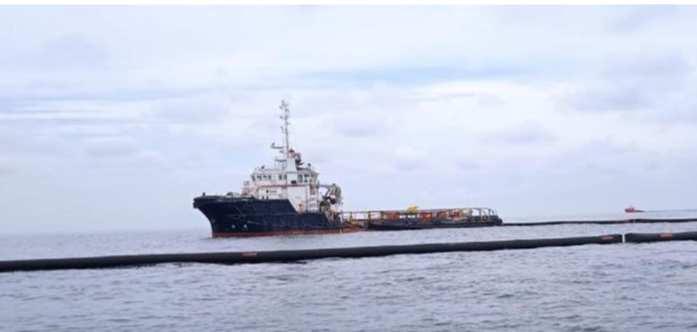 Pertanyakan Izin Operasi 13 kapal Pembersih Lapisan Minyak DiPerairan Atas Aceh Timur.